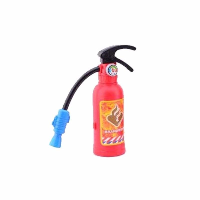 Echt spuitende brandblusser voor bij een brandweerpak