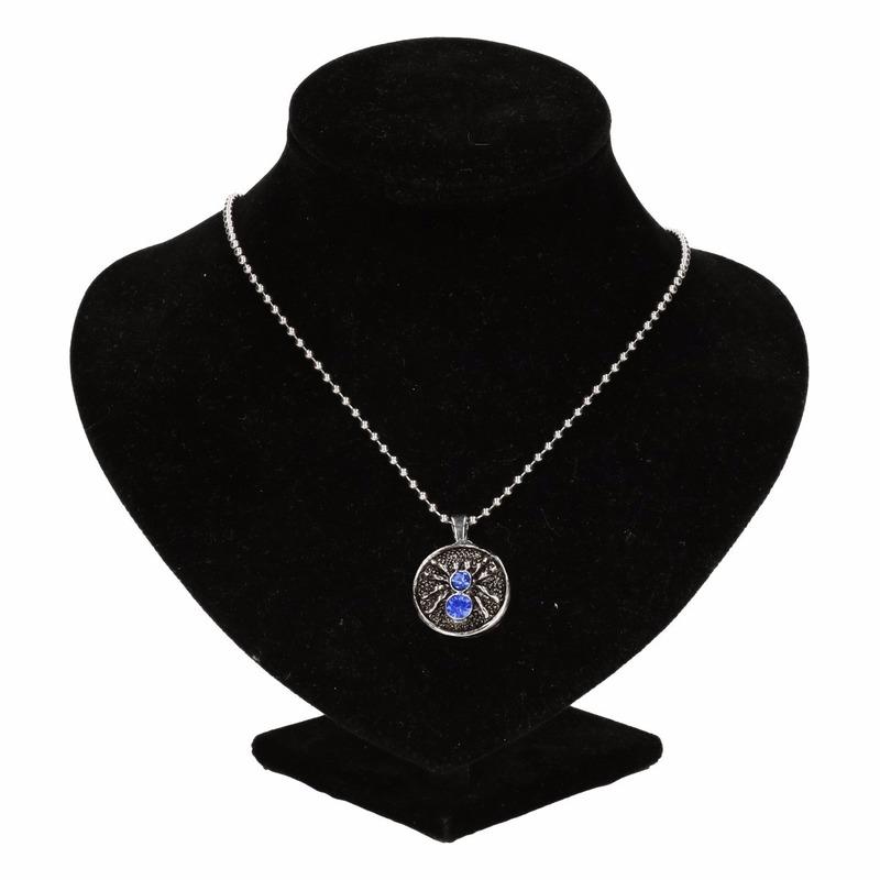 Zilveren metalen ketting met blauwe spin