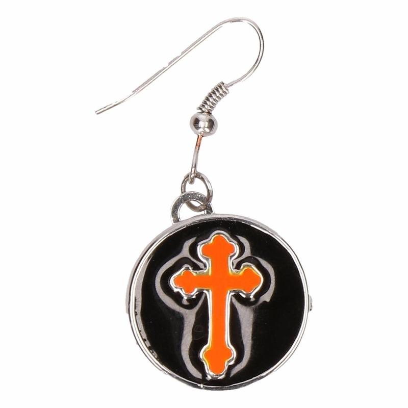 Zilveren metalen oorbellen met oranje kruis chunk